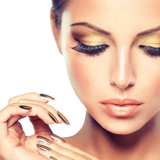 Modell med solbrun hud, glamorøs sminke og chrome-negler